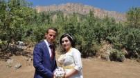 Balkaya Dağların eteklerinde rekli bir düğün