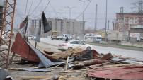 Yüksekova merkez'de fırtına çatıları uçurdu: 2 yaralı