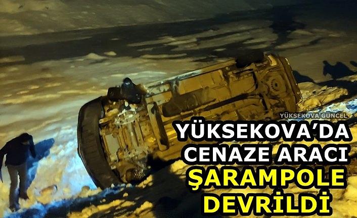Yüksekova'da cenaze aracı şarampole devrildi