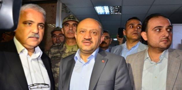 Asker yakınlarından bakan Işık'a protesto