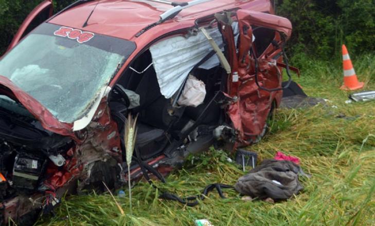 Balıkesir'de otomobil ile iş makinesi çarpıştı: 3 ölü
