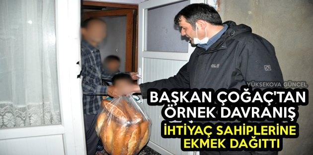 Başkan Çoğaç'tan örnek Davranış: İhtiyaç Sahiplerine Ekmek Dağıttı