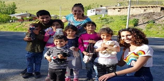 Gezgin Kardeşler Van'ın Köylerini Gezerek Çocuklara Oyuncak Dağıttı