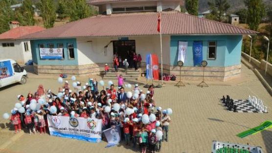 Gönüllü gençler, sınırdaki miniklerin gönüllerini fethetti