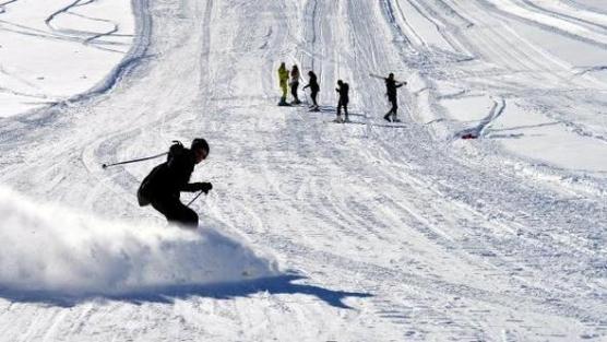 Hakkari dağlarında kayak ve snowboard gösterisi