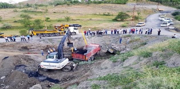 Hakkari'de Asfalt Yüklü Belediye Kamyonu Kaza Yaptı