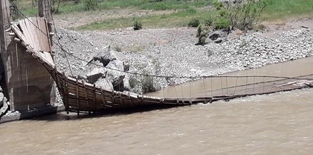 Hakkari'de asma köprü yıkıldı!