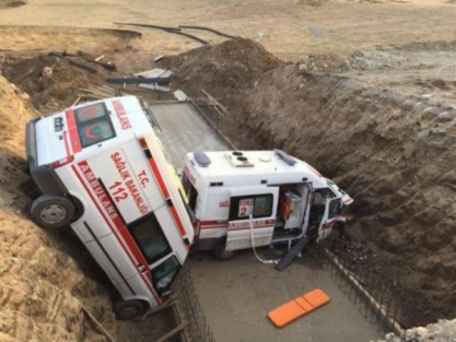 İki ambulans menfeze uçtu: 4 yaralı