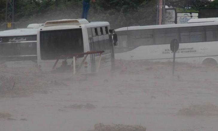 Kilis- Gaziantep karayolu sel nedeniyle kapandı