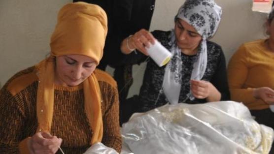 Köylü kızlara dikiş, nakış eğitimi veriliyor