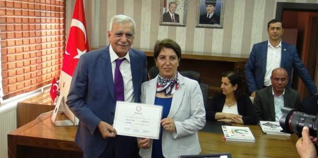Mardin Büyükşehir Belediye Başkanı Ahmet Türk, mazbatasını aldı