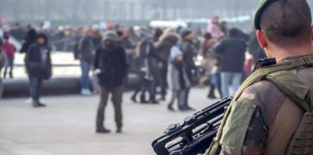 Paris'te askerlere saldırı