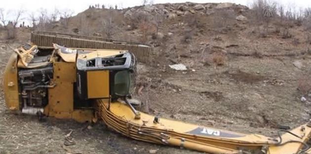 Şemdinli'de iş makinesi uçuruma yuvarlandı: 1 ölü