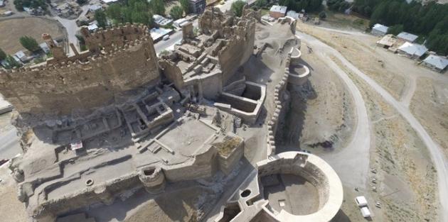 Tarihi Hoşap Kalesi'nde kazı çalışmaları başladı!