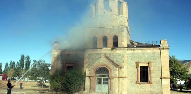 Tarihi Oltu Rus Kilisesi'ni yaktılar