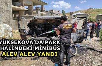 Yüksekova'da Park Halindeki Minibüs Alev Alev Yandı