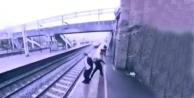 Dikkatli Kadın, Trenin Önüne Atlayan Genci Son Anda Sırtından Yakaladı