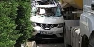 Hafriyat kamyonu, otomobili bariyerlere sıkıştırdı