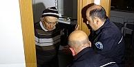 Polis, tuvalette mahsur kalan yaşlı adamı, hırsızların kullandığı yöntemle kurtardı