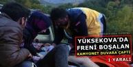 Yüksekova'da Freni Boşalan Kamyonet Duvara Çaptı