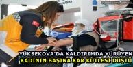 Yüksekova'da Kaldırımda Yürüyen Kadının Başına Kar Kütlesi Düştü