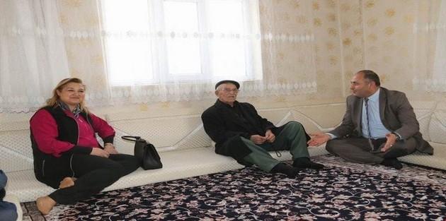 Vali Toprak'ın eşinden yaşlılara ziyaret