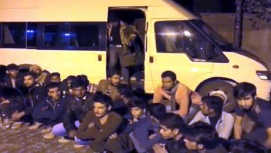 Van'da 14 kişilik minibüsten 54 kaçak çıktı