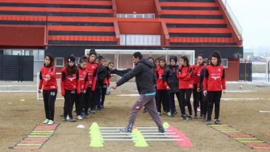 Yüksekova Kadın futbol takımı, Şampiyonaya hazırlanıyor