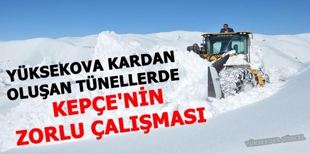 Yüksekova Kardan Oluşan Tünellerde Kepçe'nin Zorlu Çalışması