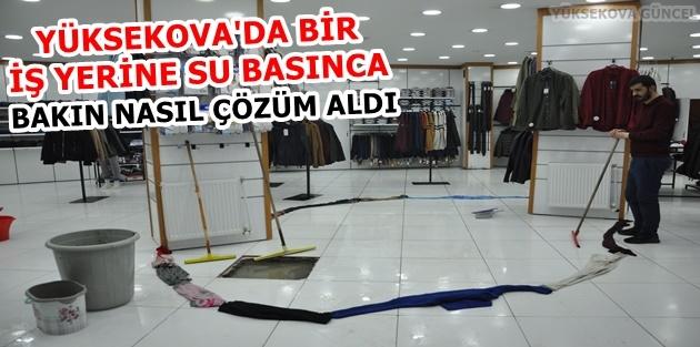 Yüksekova'da Bir İş Yerine Su Basınca Elbiselerle Önlem Aldı