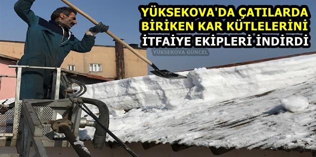 Yüksekova'da Çatılarda Biriken Kar Kütlelerini İtfaiye Ekipleri İndirdi