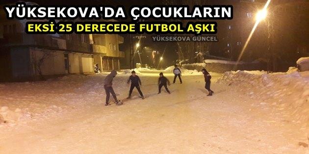 Yüksekova'da çocukların eksi 25 derecede futbol aşkı