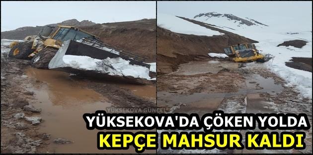 Yüksekova'da Çöken Yolda Kepçe Mahsur Kaldı