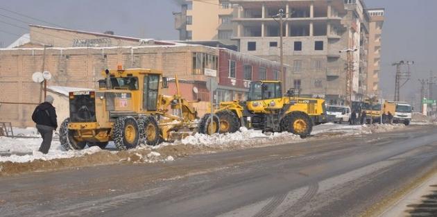 Yüksekova'da kaldırımlar kardan temizleniyor!