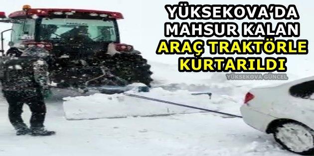 Yüksekova'da Mahsur Kalan Araç Traktörle Kurtarıldı
