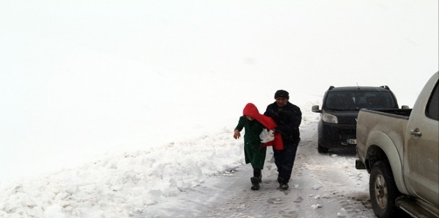 Yüksekova'da öğrenciler karda mahsur kaldı