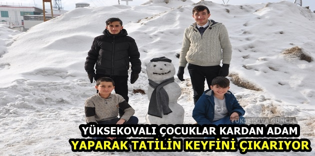 Yüksekovalı çocuklar kardan adam yaparak tatilin keyfini çıkarıyor