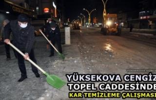 Yüksekova Cengiz Topel Caddesinde Kar Temizleme Çalışması