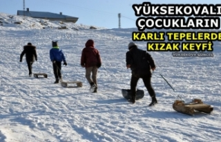 Yüksekovalı Çocukların Karlı Tepelerde Kızak...