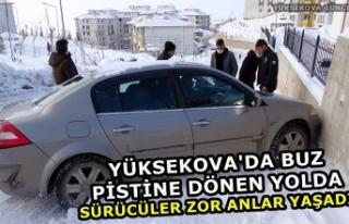 Yüksekova'da buz pistine dönen yolda sürücüler...