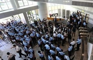 Hong Kong'da Çin karşıtı gazeteye 500 polisle...