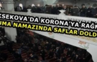 Yüksekova'da Korona'ya Rağmen Cuma Namazında Saflar...