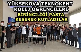 Yüksekova Kolej Öğrencileri Birinciliği Pasta Keserek Kutladılar