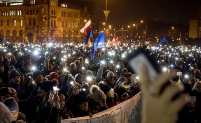 Polonya, bağımsız yargı için ayağa kalktı