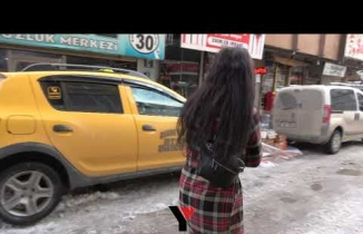 Yüksekova: 3 günlük Oğlak'ı çocuk gibi battaniye içinde kucağında taşıdı