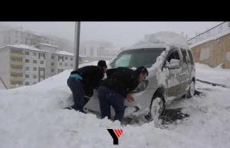 Yüksekova'da Başlayan Kar Yağışıyla Araçlar Mahsur Kaldı
